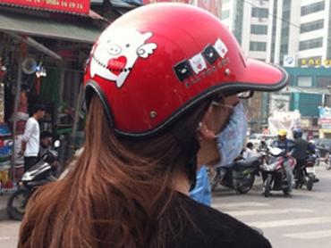"""CSGT đập mũ bảo hiểm dỏm, trao mũ """"xịn"""" cho dân"""