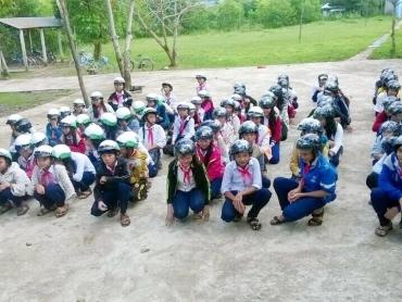 Chương trình trao mũ bảo hiểm tại Trường Tiểu học An Thạch (Phú Yên) - niềm vui kéo dài